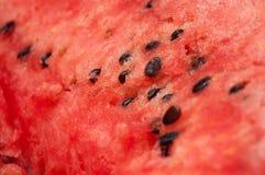 Milieu rouge de pastèque avec des graines en gros plan Images libres de droits