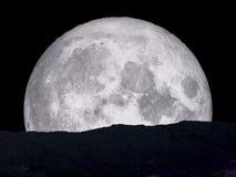 milieu superbe de dos de lune bleue sur la montagne Image stock