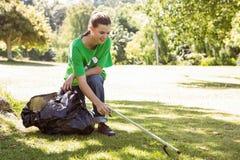 Milieuactivist die afval opnemen stock afbeelding