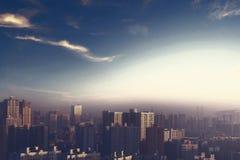 milieubescherming concept: grote steden met streng verontreinigde lucht royalty-vrije stock foto