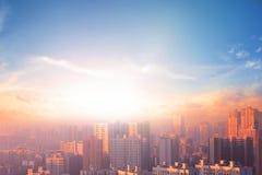 milieubescherming concept: grote steden met streng verontreinigde lucht stock fotografie