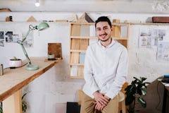 Milieuportret van een maker van de meubilairontwerper in zijn workshop royalty-vrije stock afbeelding