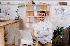 Milieuportret van een maker van de meubilairontwerper in zijn workshop royalty-vrije stock afbeeldingen