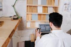 Milieuportret van een maker van de meubilairontwerper in zijn workshop royalty-vrije stock foto's