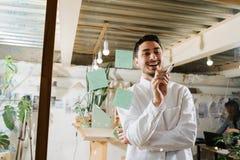 Milieuportret van een maker van de meubilairontwerper in zijn workshop stock foto's