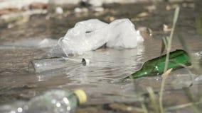 Milieuprobleem van watervervuiling stock video