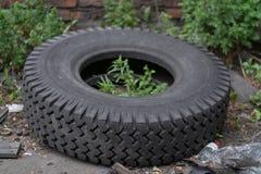 Milieuvervuiling met oude rubberwielen royalty-vrije stock foto