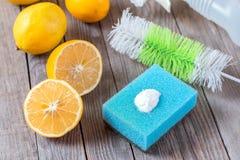 Milieuvriendelijk natuurlijk reinigingsmachineszuiveringszout, citroen en doek bij het houten lijst Eigengemaakte groene schoonma royalty-vrije stock foto