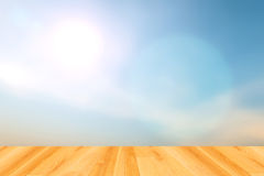 Milieux brouillés de ciel bleu et plancher en bois photographie stock