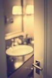 Milieux de tache floue de salle de bains avec la porte Image libre de droits