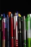 Milieux noirs réglés par stylos Photo stock