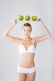 Miling女孩用绿色苹果 免版税库存照片