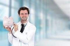 Miling artsenholding die aan spaarvarken met stethoscoop luisteren Stock Afbeelding