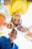miling dzieci tworzy skupisko w okręgu obraz stock