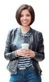 miling jonge Latijnse Spaanse meisjesvrouw met plotseling donkere zwarte die de holdingskop van het haarloodje van koffiethee op  Stock Afbeelding