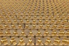 Milion złotych Buddha figurek w Wacie Phra Dhammakaya świątynia Thailand bangkoku dłoni Zdjęcia Stock