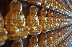 Milione di statua dorata di Buddha in tempio cinese Nonthaburi Fotografia Stock