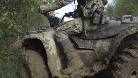 Militär-ATV mit einem Gewehr im Schlamm stock video footage