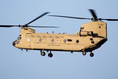 Militär Boeing CH-47 Chinook transporthelikopter Arkivfoto