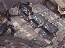 Militär, das Patronen entlädt stockfotos