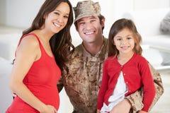 Militär fader Home On Leave för familjhälsning fotografering för bildbyråer