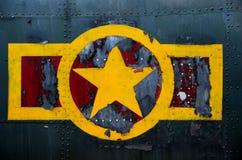 Militär flygplanflygkropp för USA med red ut stjärnor och bandlogo Fotografering för Bildbyråer