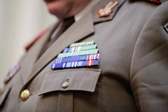 Militär gradbeteckning på en militär likformig fotografering för bildbyråer
