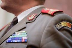 Militär gradbeteckning på en militär likformig arkivbild