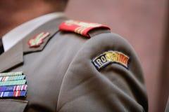Militär gradbeteckning på en militär likformig royaltyfria foton