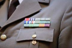 Militär gradbeteckning på en militär likformig arkivfoton