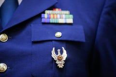 Militär gradbeteckning på en militär likformig arkivbilder