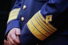 Militär gradbeteckning på en militär likformig arkivfoto