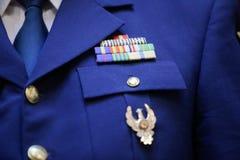 Militär gradbeteckning på en militär likformig royaltyfria bilder