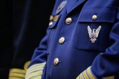 Militär gradbeteckning på en militär likformig royaltyfri bild