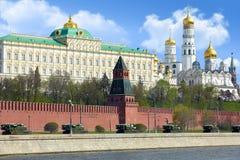Militär-Hardware auf Damm von Moskau-Fluss. Stockbilder
