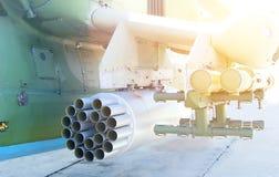 militär helikopter för närbild som utrustas med vägledde anti--behållare missiler och flygplanmissiler arkivbilder