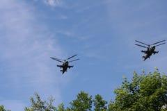 Militär helikopter i himlen Royaltyfri Bild