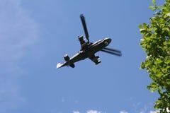 Militär helikopter i himlen Royaltyfria Bilder