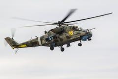 Militär helikopter i lufta Arkivbild