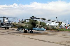 Militär helikopter Mi-28N på det internationella flyget och Spa Royaltyfri Fotografi
