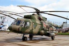 Militär helikopter Mi-8 på det internationella flyget och utrymmet Royaltyfri Bild
