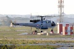 Militär helikopter som tar av i aftonen royaltyfri bild