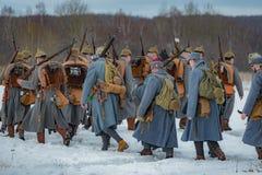 Militär-historische Rekonstruktion von Kämpfen von Zeiten der ersten Welt auf dem Borodino fangen am 13. März 2016 auf Lizenzfreie Stockfotografie