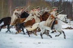Militär-historisk rekonstruktion av kamper av tider av den första världen på det Borodino fältet på mars 13, 2016 royaltyfri foto
