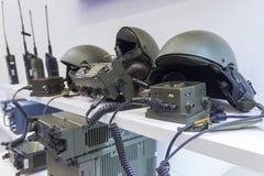 Militär hjälm och elektronik på utställningen royaltyfri bild