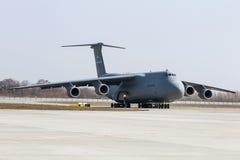 Militär hjälp för USA till Ukraina Arkivbilder