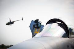 Militär kämpe och helikopter på den militära flygplatsen Royaltyfri Fotografi