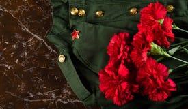 Militär-Kleidung, Kappe und Rosa, vor dem hintergrund des Marmors Lizenzfreie Stockfotografie