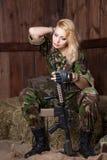 Militär kvinna med ett vapen Fotografering för Bildbyråer