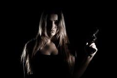 Militär kvinna med ett vapen Royaltyfri Bild